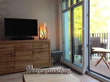 gemütliches Ambiente, Balkon mit Outdoorsesseln und Sonnenschirm