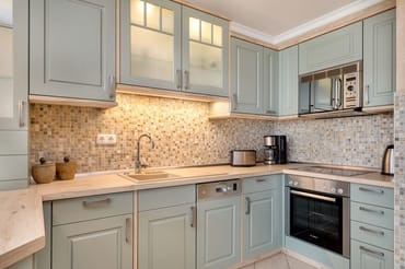 Die Küchenzeile ist mit Geschirrspüler, Kühlschrank mit Eisfach, Backofen, Mikrowelle etc. ausgestattet.