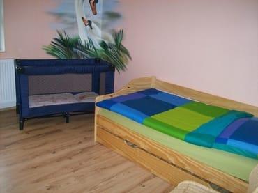 Kinderzimmer mit Reisebettchen