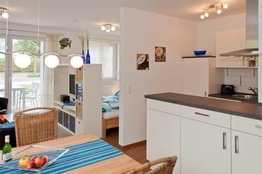 Küche/Essbereich mit großem Esstisch und Stühle