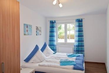 sep. Schlafzimmer mit Doppelbett und Schrank