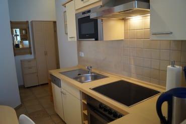 Komplett ausgestattete Küchenzeile mit Backofen und Geschirrspülmaschine