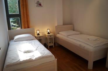 Zweites Schlafzimmer mit zwei bequemen Einzelbetten