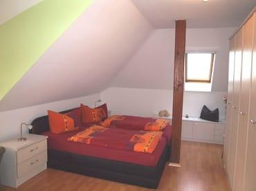 Erstes Schlafzimmer