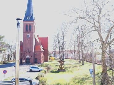 Blick auf Kirche und Park
