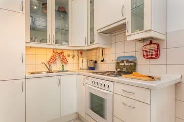 Die Küchenzeile ist ausgestattet mit einer großen Kühl-Gefrierkombination, Backofen, 4-Platten-Herd, Wasserkocher, Toaster, Kaffeemaschine, Geschirr etc.
