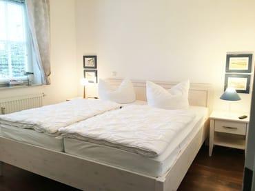 Das Schlafzimmer hat Doppelbett, Kleiderschrank, ein 2. TV-Gerät und einen Außenrolladen am Fenster. Es wurde 2018 neu möbliert. Hier ein erstes Foto. Ein Profifoto folgt.