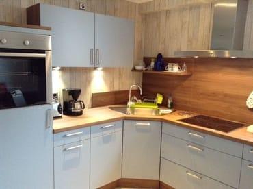 Küchenbereich mit Backofen und Spülmaschine