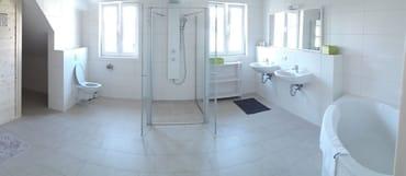 großes Bad mit Sauna, Badewanne, Dusche, Doppelwaschbecken WC