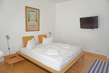 kombiniertes Wohn-/Schlafzimmer mit Doppelbett