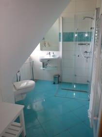 Bad mit Dachschräge, Dusche, WC und kleinem Waschbecken