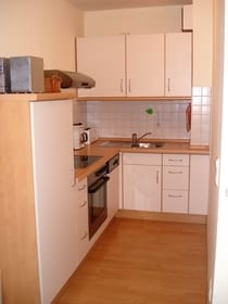 Küche mit Backofen und Cerankochfeld