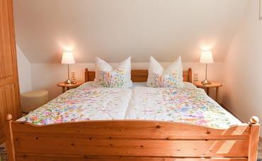 Doppelbett mit Nachttischen