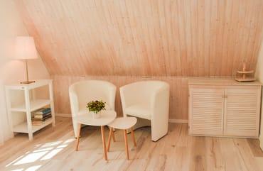 Schlafzimmer mit 2 Sesseln