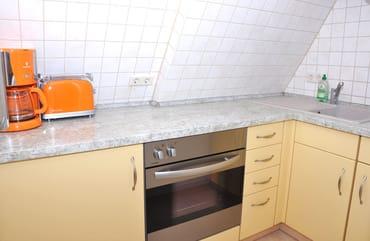 Küchenzeile (mit Backofen, Kaffeemaschine, Toaster, Spüle...)