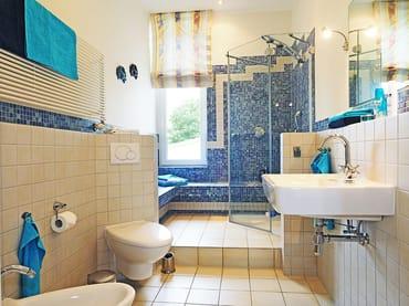 Das Appartement verfügt über 2 Bäder: 1 x Wannenbad mit WC, Haarfön, Waschmaschine und ...