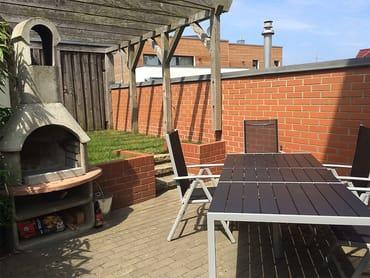 Auf dem Grundstück des Hauses steht unseren Gästen eine Terrasse mit Grill und abschließbarem Fahrradabstellräumen zur Verfügung.