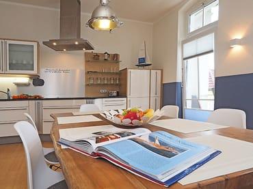 ... mit separat großer Küche (Einbauküche mit Backofen, Ceranfeld, Geschirrspüler, Kühlschrank),...
