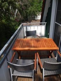 Balkon mit Teaktisch und hochwertigen Stühlen