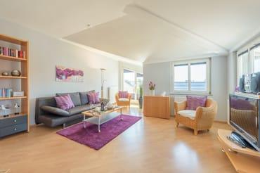 Die Couch im Wohnzimmer kann als Schlafstätte für zwei weitere Gäste umfunktioniert werden, so dass das Appartement ausreichend Platz für bis zu vier Personen bietet.