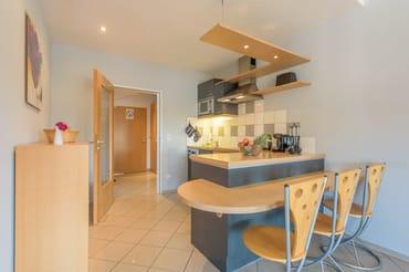 In den Wohnraum ist eine hochwertige Küchenzeile integriert, ...