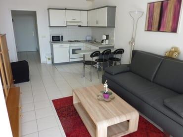 Wohn-/Schlafraum mit Küche und Eingangsbereich