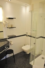 modernes Bad mit großer Glasdusche
