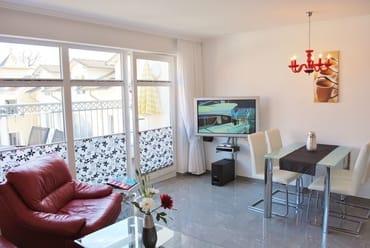Wohnraum mit Küchzeile, großem Esstisch, W-LAN und LCD-TV