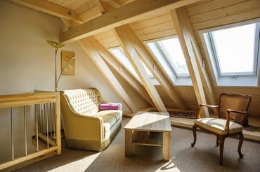 Schlafzimmer mit begehbarem Kleiderschrank und Sitzecke