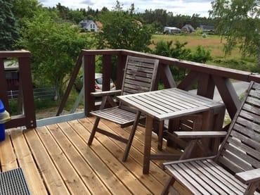 Sitzecke auf dem Balkon mit Blick ins Grüne