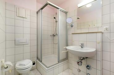 Das Bad mit Dusche, WC und Fön.