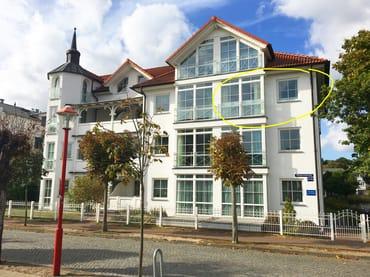 Die Lage der 3-Raum-Ferienwohnung Nr. 19 im Haus ist im Foto gelb eingezeichnet.