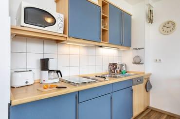 Die Küchenzeile ist komplett ausgestattet mit Geschirrspüler, Mikrowelle, Geschirr  etc.