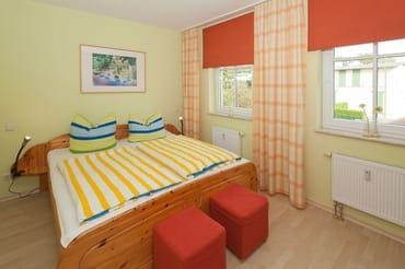 Die Wohn- und Schlafräume sind geschmackvoll eingerichtet. Während das erste Schlafzimmer mit einem bequemen Doppelbett zur Nachtruhe einlädt ...