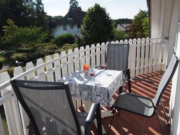 gemütlicher sonniger Sitzplatz auf dem Balkon