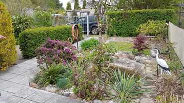 Blick von der Terasse auf den wunderschönen naturbelassenen Gartenteich mit seiner Artemberaubenen Tiervielfalt.