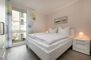 Hier Schlafzimmer Nr. 2 mit Doppelbett (1.60x2.00m), elektrischen Außenrolläden und großem Kleiderschrank.