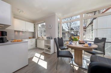Hier der Blick auf die schicke, neue  Küchenzeile (Einbau 2018). Alle Fenster im Wohnzimmer sind mit Sichtschutzplissees ausgestattet.