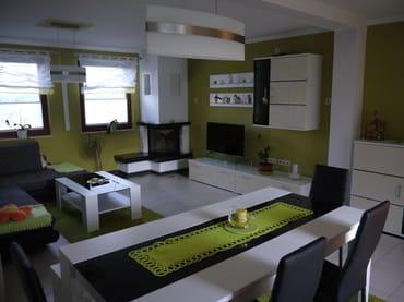 Wohnzimmer, Kamin und Fernseher