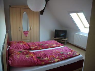 Schlafzimmer 1 im OG mit Doppelbett (1,80x2,00m) und Fernseher