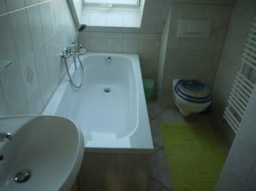 kleines Bad im OG mit Badewanne und WC