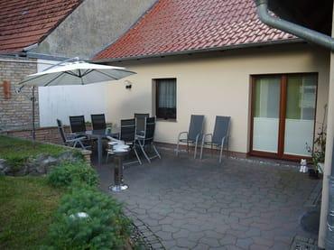 Grosse Terrasse mit Terrassenmöbeln, Grill und Sonnenschirm