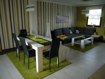 Wohnzimmer; Essbereich und Eckcouch
