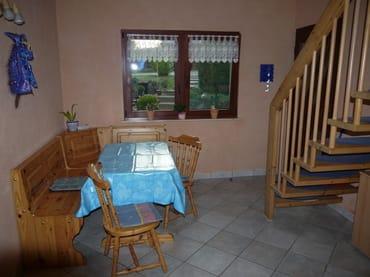 Eingangsbereich im EG mit Sitzecke und Treppe ins OG