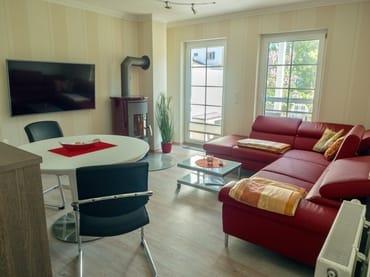Wohnzimmer mit Relaxcouch und Kamin