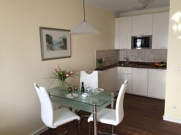 Esstisch mit 4 Stühlen und neuer Küchenzeile