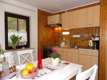Küche Bild 2 ,Kühlschrank mit  Gefrierfach ,Küchenzeile mit Backofen und Ceranfeld