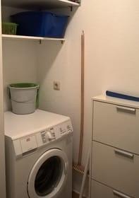 Abstellraum mit Waschmaschine und Schuhschrank