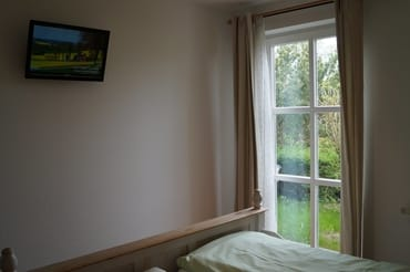 Auch im Schlafzimmer ein moderner Flachbild-TV