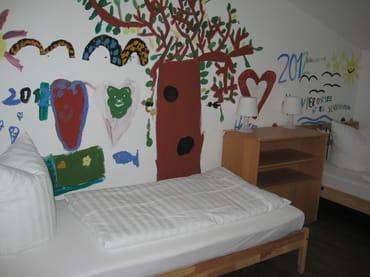 Kinderschlafzimmer mit 2 vollwertigen Betten und echtem Kindergemälde